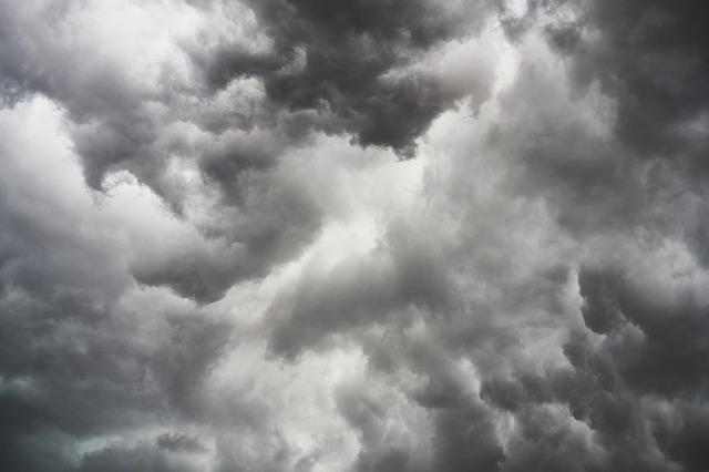 台風が接近してきた時の曇り空
