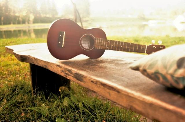 ベンチに置かれたギター