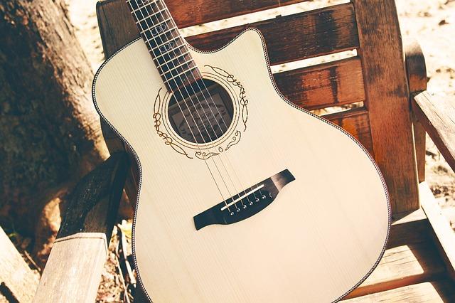 椅子に立てかけられたギター